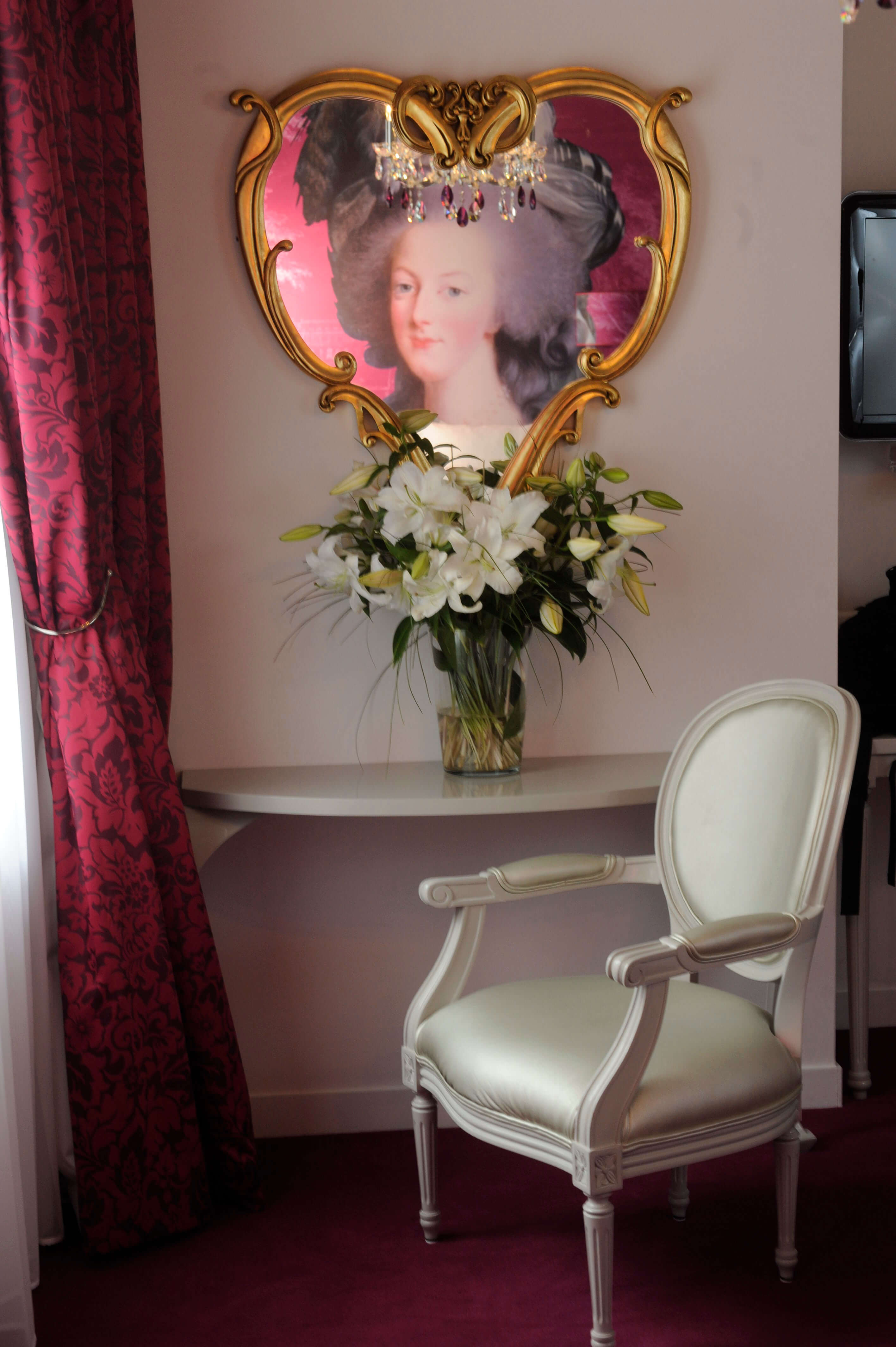 hotel-konfidentiel-chambre-rose-coiffeuse