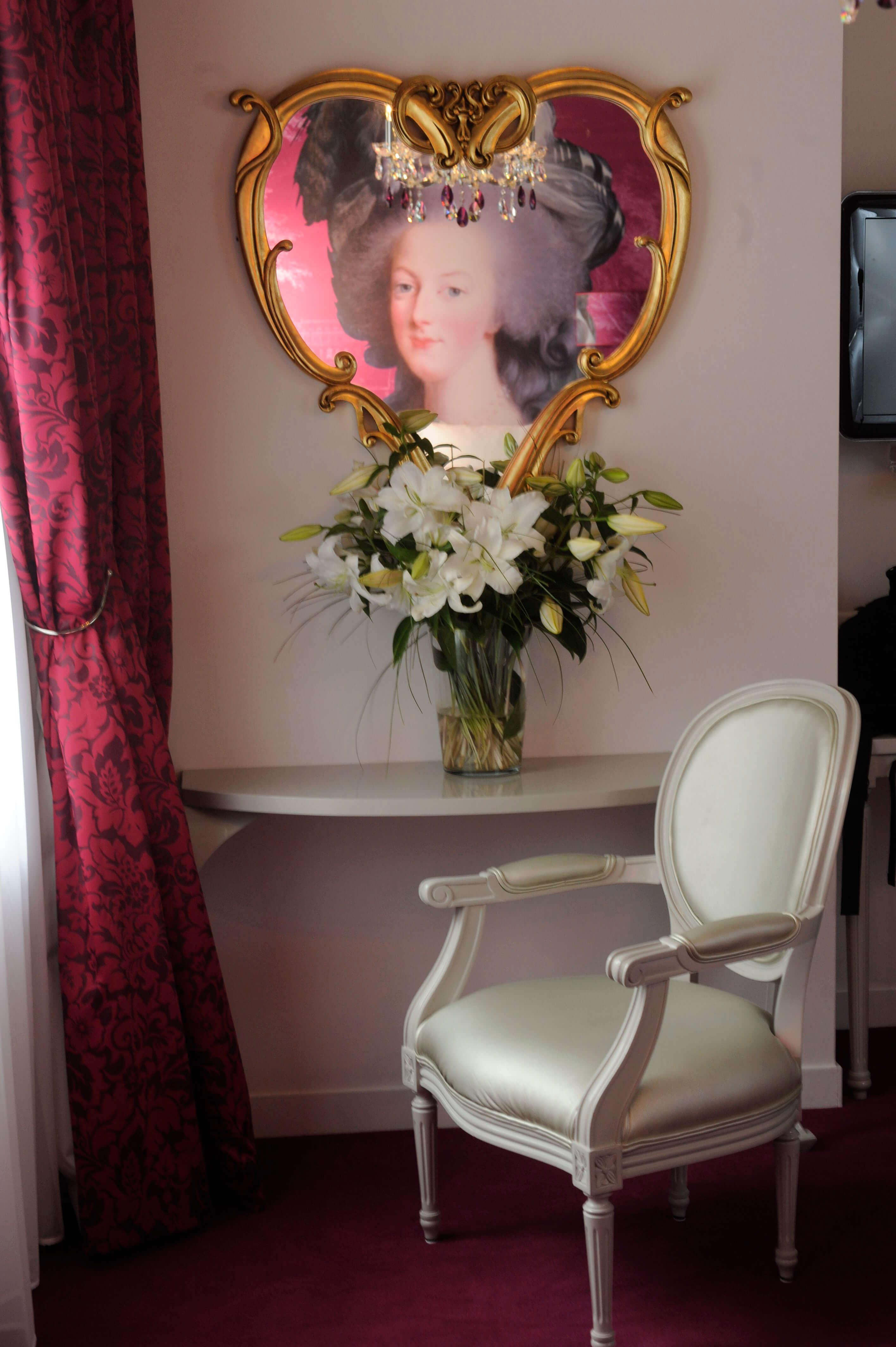 hotel-konfidentiel-chambre-rose-coiffeuse