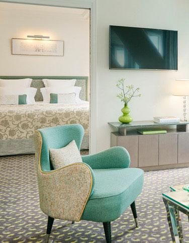 HOTEL-LE-BURGUNDY-PARIS---Appart-602---salon-et-chambre