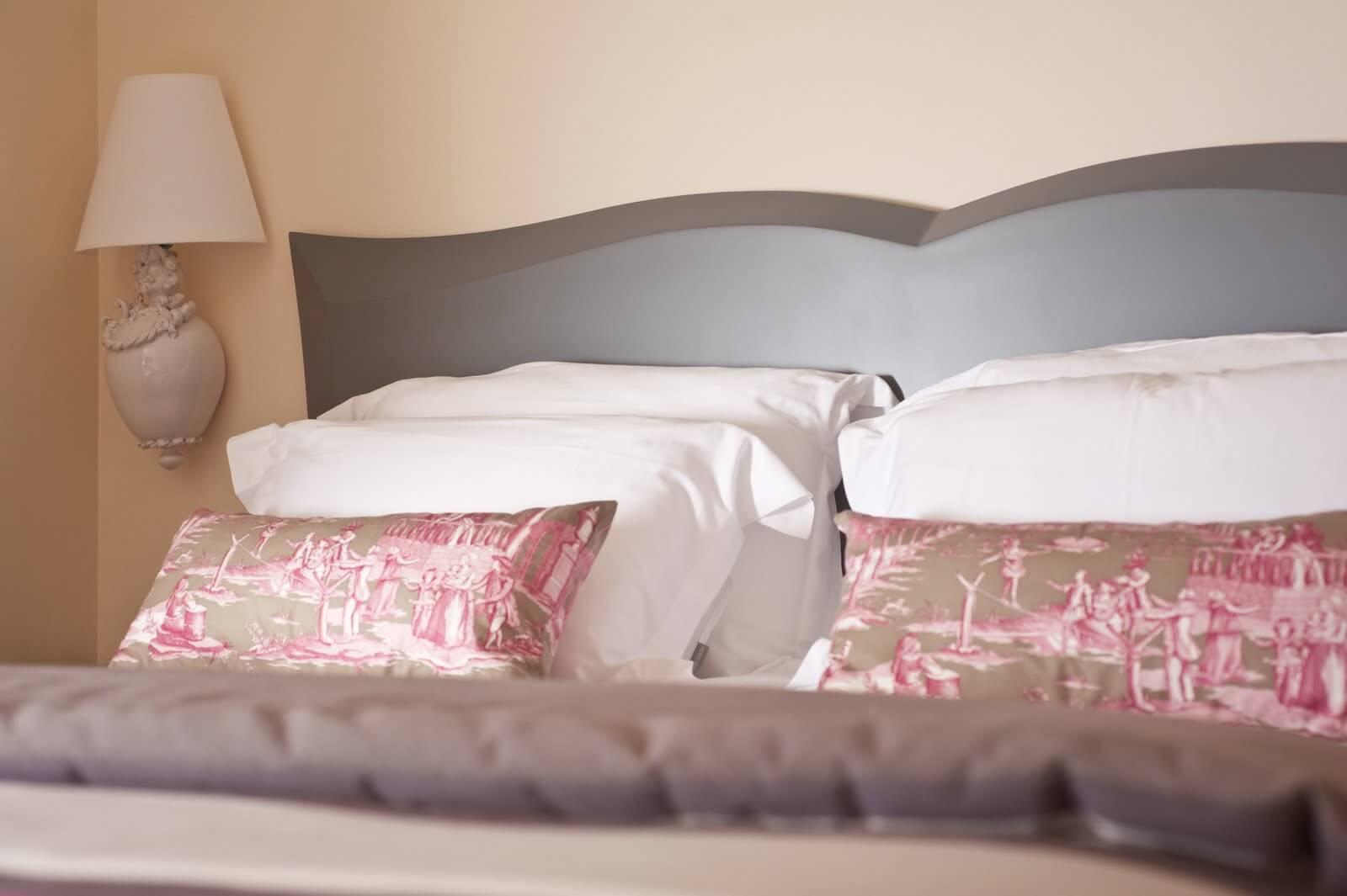 Hotel des trois chateaux - détail lit - design R.Clévier