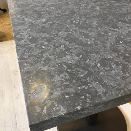 Marbre Imperial Grey travaillé façon cuir