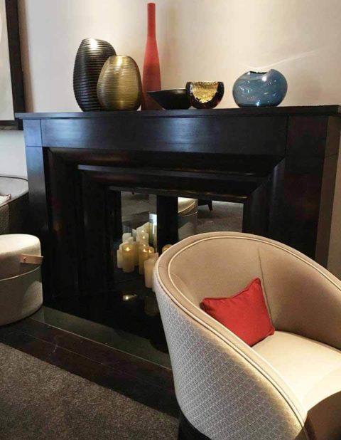 photo du salon du Burgundy avec un fauteuil et une cheminée
